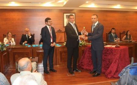 Francisco Rodríguez (PP) recibe el bastón de mando (AYTO. ALHENDÍN)