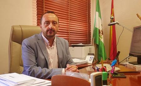 Roberto García en su despacho de alcaldía en el Ayuntamiento de Peligros (C. PADILLA)