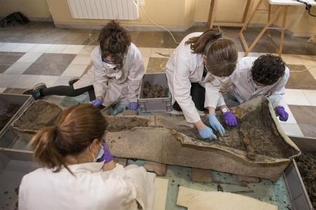 Expertos trabajando en el sarcófago romano (JUNTA)
