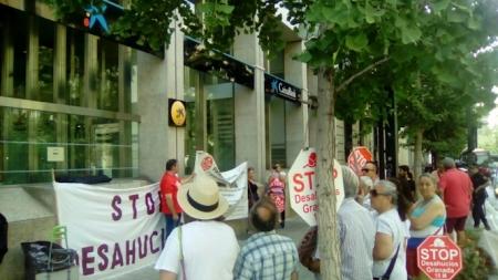 Concentración de Stop Desahucios ante La Caixa (STOP DESHAUCIOS)