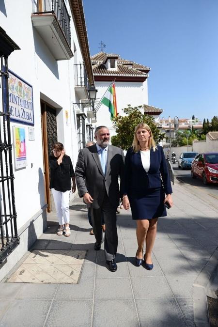 El Delegado del Gobierno, Pablo García junto a la alcaldesa de La Zubia, Inmaculada Hernández (J.M. GRIMALDI)