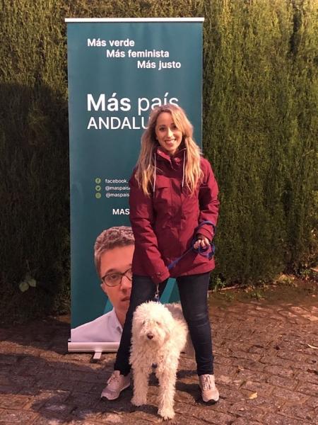 Mercedes Barranco, posa con su perro (MAS PAIS)