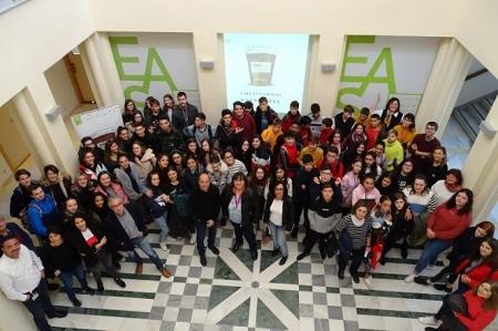 Alumnado, profesorado de los IES de Granada junto a equipos de investigación de la EASP antes de empezar las sesiones de Café con Ciencia (EASP)