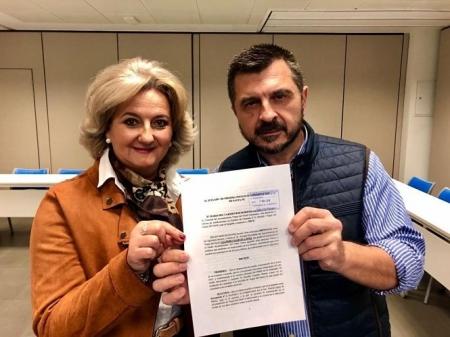 Mari Carmen Ros y Toni Martín enseñan la denuncia (PP ANDALUZ)