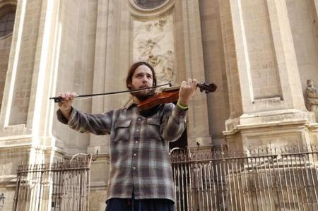 Un músico toca en la Plaza de las Pasiegas (PODEMOS-IU)