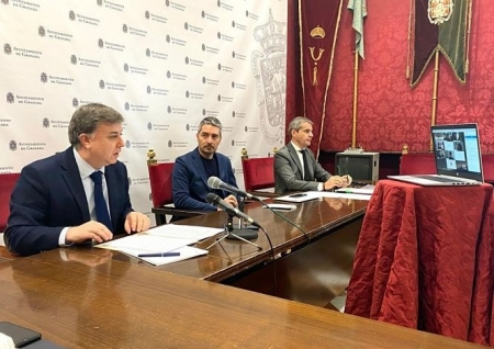 El concejal de Personal de Granada, Francisco Fuentes, interviene en presencia de los portavoces, Manuel Olivares y César Díaz (AYUNTAMIENTO)