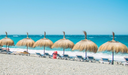 Sombrillas en la playa (ASOCIACIÓN CHIRINGUITOS COSTA TROPICAL)