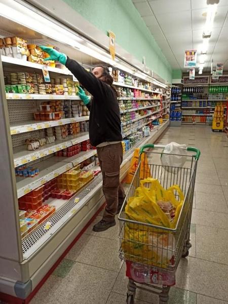 Un ciudadano realiza la compra (AYTO. CÚLLAR VEGA)