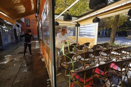 Camareros limpiando y poniendo las mesas en las terrazas de los bares a primera hora de las mañana (ÁLEX CÁMARA ( EUROPA PRESS)