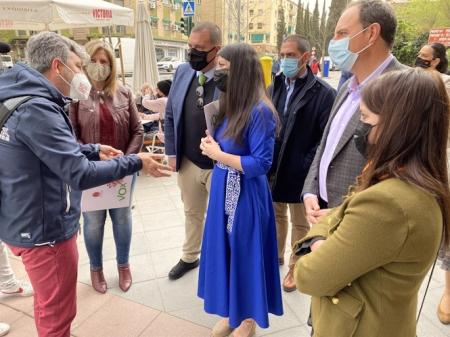 La diputada de Vox por Granada, Macarena Olona, en una visita al barrio de la Chana (VOX)