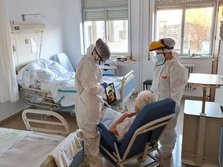 Dos sanitarios junto a una paciente (HUSC)