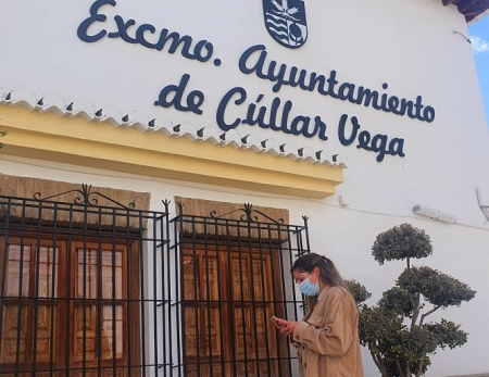 una vecina de Cúllar Vega se conecta a la nueva red WIFI gratuita (AYTO. CÚLLAR VEGA)